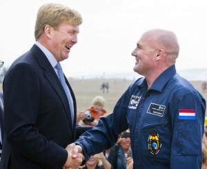 Andre-Kuipers-begeleid-Willem-Alexander-inhulding